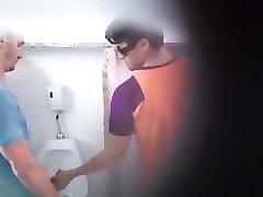 porno-video-uvidela-v-tualete